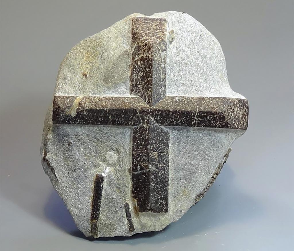 Удивительные крестики из камня
